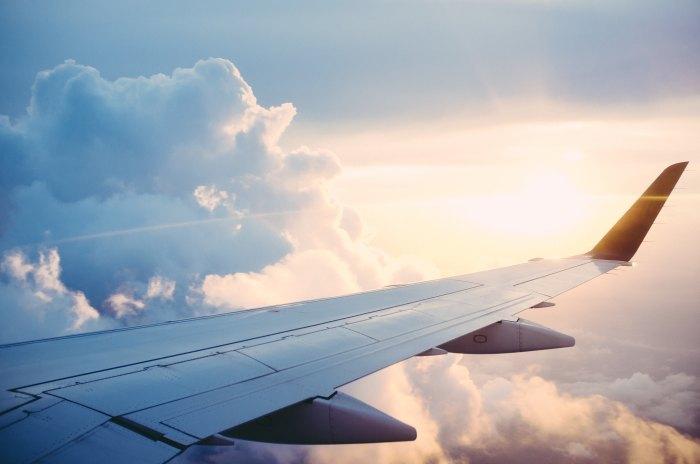 Avião - Photo by Ross Parmly on Unsplash