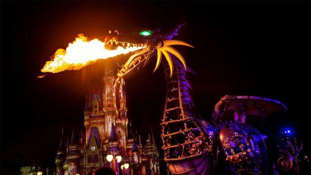 Malévola, em sua 'verão dragão', passeia pelo Magic Kingdom durante o Disney Villains After Hours