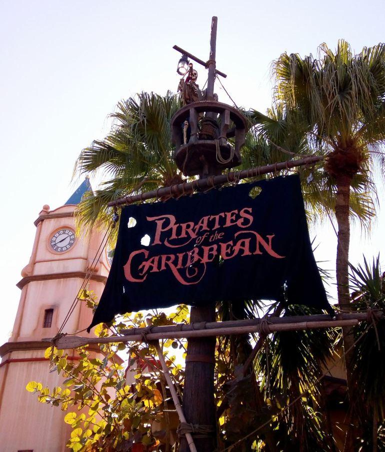 A atração Pirates of the Caribbean inspirou a super popular série de filmes protagonizada por Johnny Depp