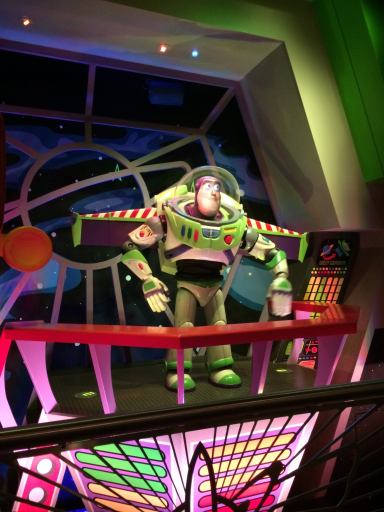 Detalhe próximo à entrada do Buzz Lightyear's Space Ranger Spin