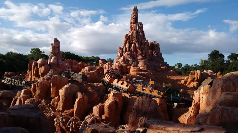 A Big Thunder Mountain Railroad, localizada na Frontierland, é uma atração bastante popular do Magic Kingdom