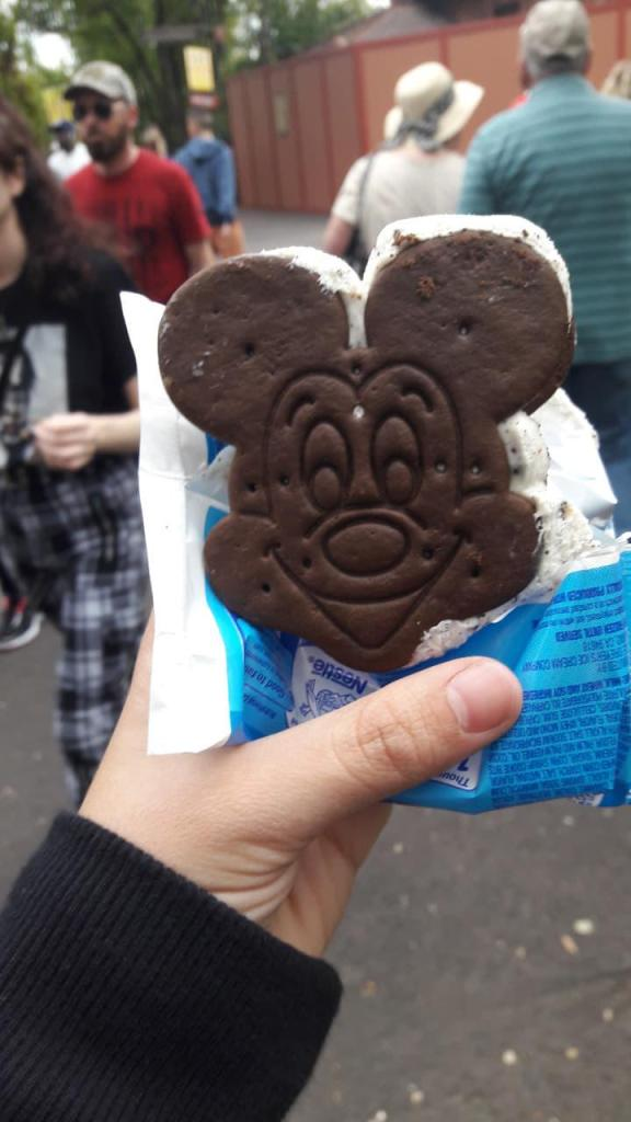 """O """"sanduíche de sorvete do Mickey"""" pode ser encontrado por todos os parques e resorts do Walt Disney World"""