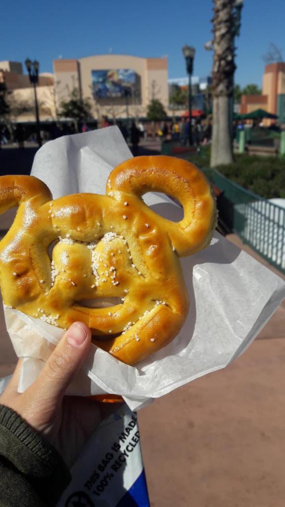 Outro snack com formato de Mickey, o pretzel é uma boa opção para quem prefere um lanchinho salgado